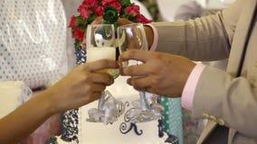 El novio vierte el vino en vidrio durante ceremonia de la tostada del vino de la boda almacen de metraje de vídeo