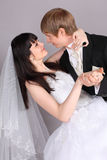 El novio y la novia bailan en estudio Foto de archivo