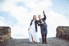 El novio y la novia camina abajo de la calle Fotografía de archivo libre de regalías