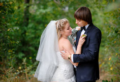 El novio y la novia en un fondo verde foto de archivo