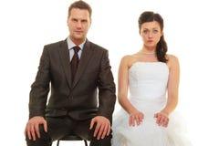 El novio y la novia tristes juntan para casarse que espera Imagen de archivo libre de regalías