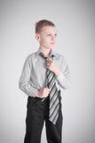 El nudo del muchacho aprieta Imagen de archivo libre de regalías