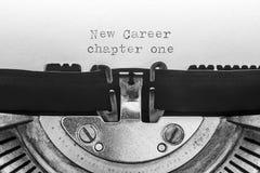El nuevo capítulo uno de la carrera mecanografió en una máquina de escribir del vintage fotografía de archivo