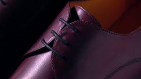 El nuevo cuero marrón anunció botas para hombre tiro macro de la cacerola 4K, foco del estante almacen de metraje de vídeo