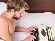 El nuevo día trae ideas frescas Inspiración de la mañana Trabajo diario de la máquina de escribir manual del uso del escritor Cam imagenes de archivo