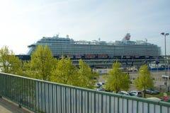 El nuevo ` de Mein Schiff 6 del ` de la nave de la bandera de Tui Cruises le hace primero llamada al puerto de Kiel Fotografía de archivo