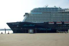 El nuevo ` de Mein Schiff 6 del ` de la nave de la bandera de Tui Cruises le hace primero llamada al puerto de Kiel Imagenes de archivo