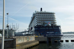El nuevo ` de Mein Schiff 6 del ` de la nave de la bandera de Tui Cruises le hace primero llamada al puerto de Kiel Imagen de archivo libre de regalías