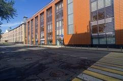 El nuevo edificio de oficinas combina con éxito el buildi viejo de la fábrica Foto de archivo