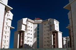 El nuevo edificio de varios pisos. imágenes de archivo libres de regalías