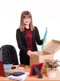 El nuevo empleado en oficina pone sus cosas de la caja Fotografía de archivo