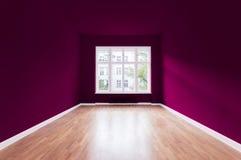 El nuevo hogar, sitio vacío, violeta pintó las paredes foto de archivo
