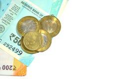 El nuevo indio 50 y 200 rupias con 10 y 5 rupias de monedas en blanco aisló el fondo blanco Imágenes de archivo libres de regalías