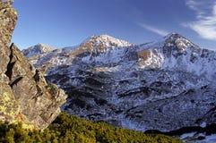 El nuevo invierno está viniendo sobre la montaña Imagen de archivo