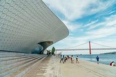 El nuevo museo de arte, arquitectura y Technology Museu de Arte, Arquitetura e Tecnologia o MAAT fotos de archivo