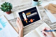 El nuevo negocio comienza para arriba concepto en la pantalla fotos de archivo