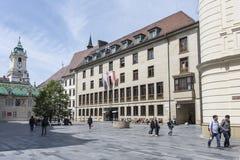 El nuevo palacio del ayuntamiento en Bratislava imagenes de archivo
