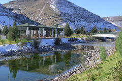 El nuevo parque en las montañas. Imagen de archivo libre de regalías