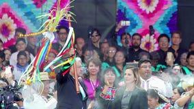 El nuevo presidente mexicano muestra el bastón