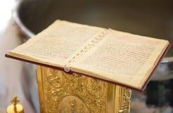 El nuevo testamento en un bautizo ortodoxo griego imagen de archivo