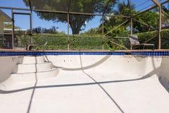 El nuevo trabajo de la lechada de la frontera de la teja de la piscina remodela Imágenes de archivo libres de regalías