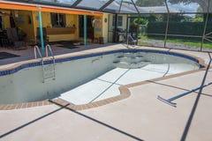 El nuevo trabajo de la lechada de la frontera de la teja de la piscina remodela Imagen de archivo