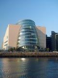 El nuevo vidrio de la arquitectura moderna curvó Convention Center anguloso C imagenes de archivo