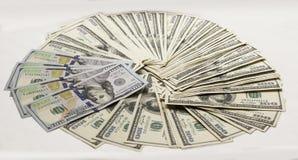 El nuevo y viejo tipo cientos dólares de billetes de banco avivó hacia fuera en el fondo blanco Fotografía de archivo libre de regalías