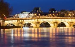 El nuevos puente y río Sena en la noche, París, Francia de Pont Neuf Imagen de archivo libre de regalías