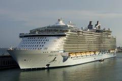 El oasis más grande del barco de cruceros de los mares Foto de archivo