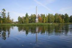 El obelisco de Chesma en el paisaje del otoño Palacio y parque de Gatchina imagenes de archivo