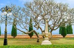 El obelisco de piedra en jardín fotos de archivo libres de regalías