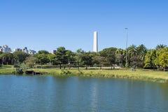 El obelisco de Sao Paulo en el parque de Ibirapuera, el Brasil foto de archivo