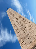 Obelisco y nube Fotografía de archivo