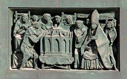 El obispo examina el primer modelo de la catedral Fotografía de archivo