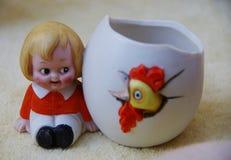 El objeto de cerámica del vintage con el bebé feliz pero espantoso y se rompió Foto de archivo