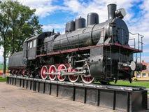 El objeto expuesto del museo del equipo ferroviario está en el pedestal en la estación de Baranovichi Imagen de archivo