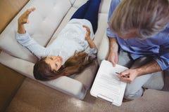 El obrar recíprocamente paciente femenino con el doctor Imagen de archivo