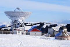 El observatorio astronómico con las profundidades de las montañas tianshan Fotos de archivo libres de regalías