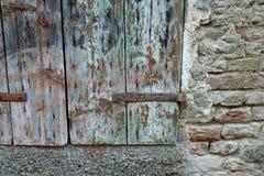 El obturador y la pared de ladrillo viejos de la ventana Imagenes de archivo