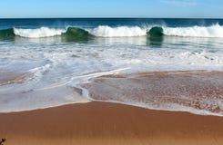 El Océano Índico agita el balanceo adentro en la playa prístina Australia occidental de Binningup en una mañana soleada en último  Foto de archivo libre de regalías