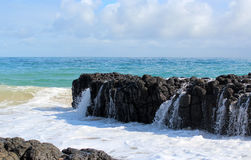 El Océano Índico agita la descarga contra rocas oscuras del basalto en la playa Bunbury Australia occidental del océano imagen de archivo libre de regalías