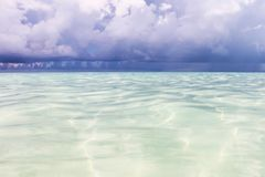 El océano antes de la lluvia Paisaje marino jugoso del verano El mar del Caribe con agua de la turquesa, Imagen de archivo
