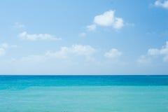 El océano claro blanco tropical perfecto de la playa arenosa y de la turquesa riega - el fondo natural de las vacaciones de veran Foto de archivo