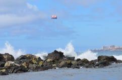 El océano del cielo de la roca salpica Fotos de archivo libres de regalías