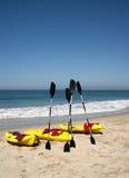 El océano Kayaks resaca de la playa Foto de archivo libre de regalías