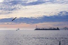 El Océano Pacífico está durante puesta del sol Imagen de archivo libre de regalías