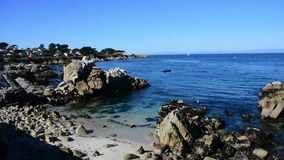 El océano tranquilo, mirando a amantes señala en Monterey metrajes