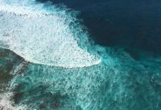 El océano y el rasgón encrespan la visión desde la costa precipitada del acantilado, miran abajo de la altura Imagen de archivo