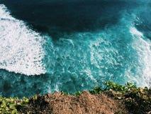 El océano y el rasgón encrespan la visión desde la costa precipitada del acantilado, paisaje del mar de Bali Imagen de archivo libre de regalías